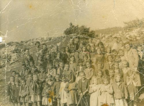 Πριν τη δενδροφύτευση πεύκων στην είσοδο του χωριού τη δεκαετία του 1950.