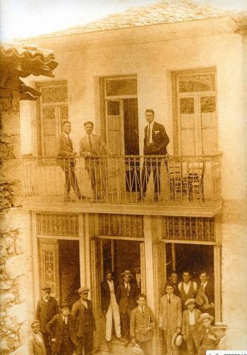 Τετραόροφο κτήριο που κάηκε από του Γερμανούς
