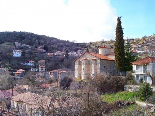 Ο Άγιος Δημήτριος στη μέση του χωριού.