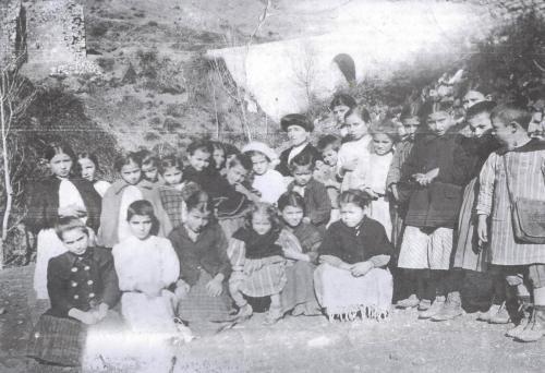 Σχολείο Θηλέων Μαγουλιάνων στο προαύλιο του Αγίου Ανδρέα το 1910