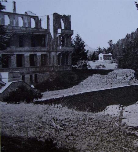 Το Σανατόριο και στο βάθος το εκκλησάκι του χωρίς στέγη και τα δύο τη Δεκαετία το 1960.