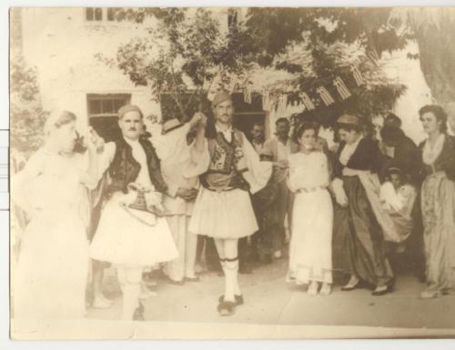 Γιορτή μετά τα αποκαλυπτήρια του αγάλματος Φωτάκου