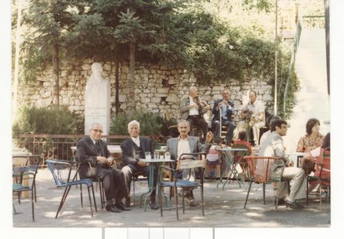Ουζάκι το πρωί του 15αυγουστού με τους οργανοπαίχτες στη πλατεία.