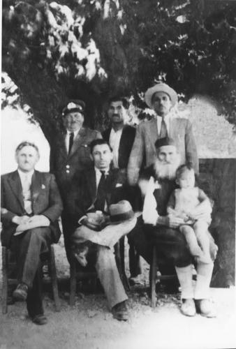Μαγουλιανίτες σε αναμνηστική φωτογραφία κατω από τον πλάτανο